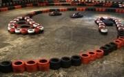 5066665-berriers-de-seguridad-hecha-de-ruedas-viejas-en-la-sala-de-karting-en-pista-cubierta